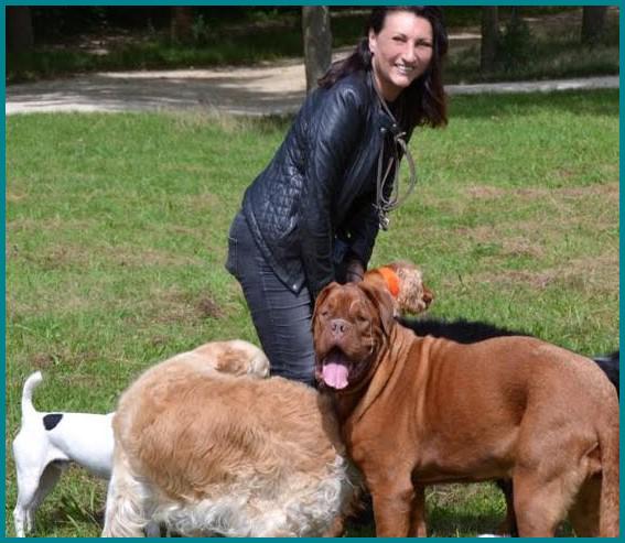 dresseuse pour chien souriante avec des chiens